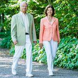 Welch ein schöner Partnerlook! Die Schweden-Royals tragen elegante Blazer in zarten Pastelltönen bei ihrem Besuch der Gartenausstellung. Die soften Farben kommen besonders gut zur Geltung, da sie von König Carl Gustaf und Königin Silvia zu weißen Hosen und Sneakern kombiniert werden. Auch die Oberteile der beiden halten sich dezent im Hintergrund: So tragender König ein Hemd mit weiß-gelbenund die Königin ein T-Shirt mit weiß-grauen Streifen unter ihrenBlazern. Der perfekte Business-Look für warme Sommertage!