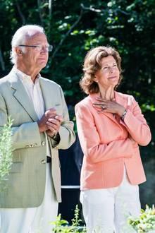 """König Carl Gustaf und Königin Silvia reisen gemeinsam auf die schwedische Ostseeinsel Öland, um die Eröffnung der Gartenausstellung """"Ideengärten"""" zu feiern. Passend zu der floralen Umgebung hat das Königspaar auch seine sommerlichen Looks gewählt."""