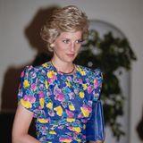 … auffällig an ein Outfit, das Prinzessin Diana 1990 trug. Beim Besuch in Nigeria verzauberte sie ebenfalls in einem Kleid mit floralem Print vom Label Bellville Sasson.
