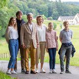 """28. Juni 2020  Sonntag ist Familientag - auch bei der belgischen Königsfamilie. König Philippe und Königin Mathilde unternehmen mit den KindernElisabeth, Gabriel, Emmanuel undEléonoreeine Wanderung zum Aussichtspunkt """"Tombeau du Geant"""" in Botassart. Und die landschaftlicheIdylle bietet gleich einen perfekten Hintergrundfür ein schönes, neues Familienfoto."""