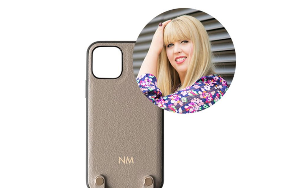 Fashion Director Nane trägt nicht nur gerne Handtaschen crossbody, sondern auch ihr Handy!