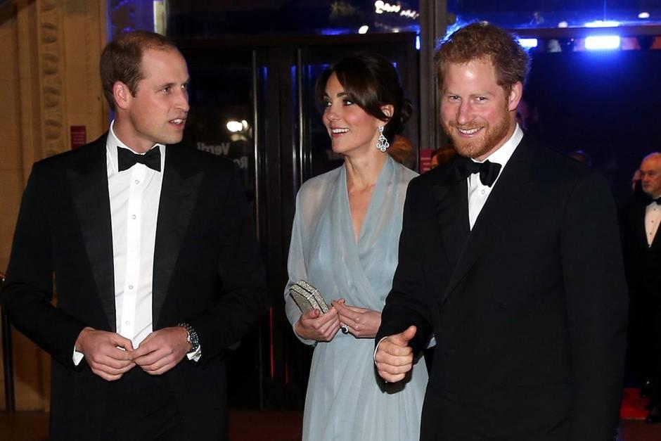 """Prinz William, Herzogin Catherine, Prinz Harry bei der England-Premiere von """"Spectre"""" im Oktober 2015."""