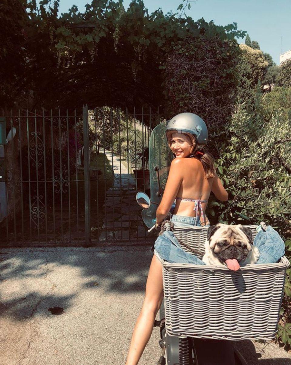 Ciao Bello - da kommt Urlaubsfreude auf! Mit diesem lustigen Schnappschuss grüßenSängerin Mandy Capristo und Mops Don Capone ihre Instagram-Fans aus dem sonnigen Italien.