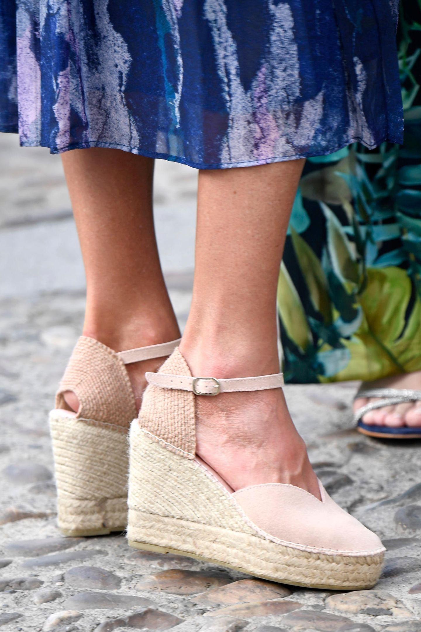 Die zart rosefarbenen Wedges mit Herz-Ausschnitt und Riemchen am Fußgelenk stammen aus der Kollektion des Schuhlabels Macarena.