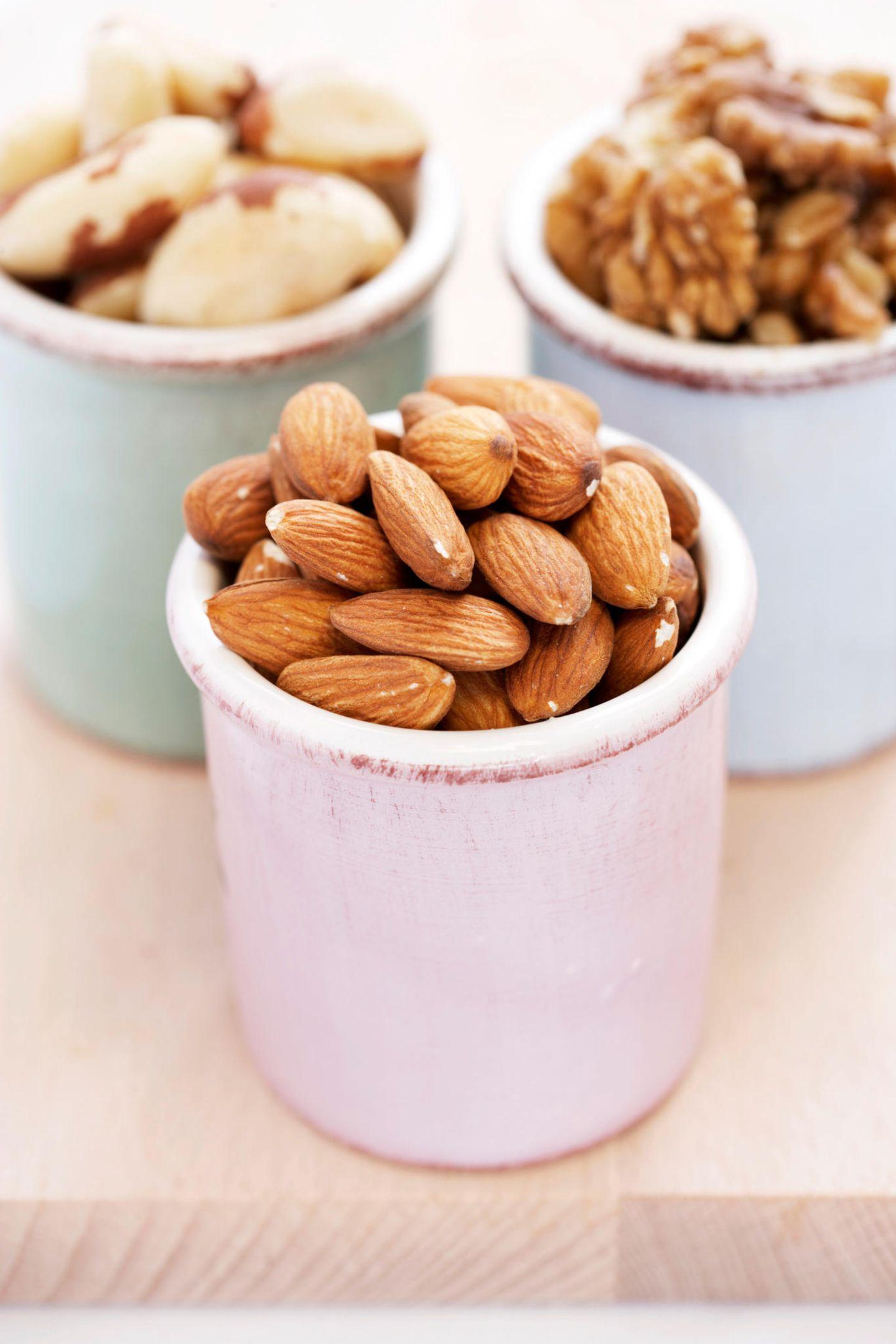 Paranüsse, Walnüsse und ungeschälte Mandeln gehören ebenfalls zu den Glow-Foods – und nicht nur Bräute lieben sie! Nüsse enthalten hochwertiges, pflanzliches Eiweiß: Der Supernährstoff ist nicht nur ein enger Verbündeter im Kampf gegen überflüssige Kilos, sondern auch für seine Wirkung auf schöne Haut und Haare bekannt.