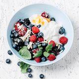 """Was Antioxidantien mit Schönheit zu tun haben, erklärt Food-Expertin Maja Seimer: """"Sie fangen freie Radikale ab und schützen unsere Zellen vor Schäden sowie vorzeitiger Hautalterung. So bleibt die Haut länger jung und frisch!"""""""