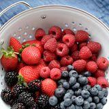 Brombeeren, Blaubeeren, Himbeeren, Erdbeeren: Die kleinen Früchtchen sind nicht nur von Natur aus zuckerarm, sondern auch reich an Antioxidantien. Damit qualifizieren sie sich für die Riege der hochklassigen Glow-Foods.