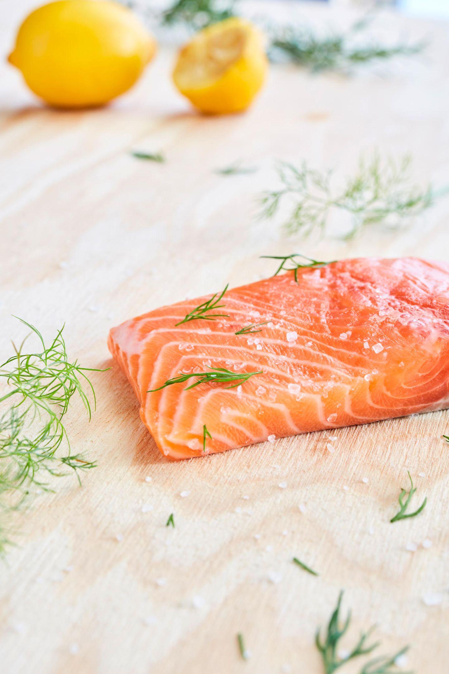 Glow-Foods für eine schöne Haut, Haare und Nägel gefällig? Dann gehört Lachs definitiv auf die Einkaufsliste. Der Grund: Jede Zelle unseres Körpers besteht aus Fettsäuren. Je nachdem, welche Fette wir zu uns nehmen, sind auch unsere Zellen beschaffen. Besonders positiv wirkt sich hierbeiLachs aus.