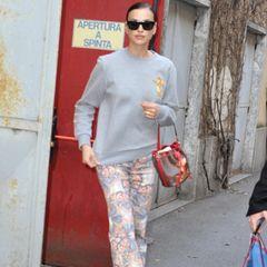 Irina Shayk trägt eine Hose von Etro
