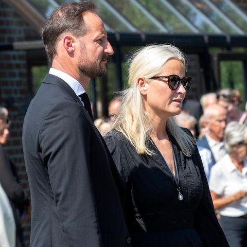 Prinz Haakon und Prinzessin Mette-Marit am 26. Juni 2020 bei der Trauerfeier für den Stiefvater der Prinzessin.