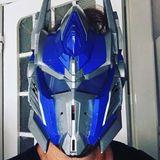 Ob die Transformer-Maske ausreichenden Schutz für seine Mitmenschen bietet, bleibt fraglich, für einen Schmunzler sorgt Moderator Steven Gätjen damit aber doch.