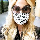 Auch Rachel Zoe macht bei der Masken-Challenge mit, ganz stylisch im schwarz-weißen Leo-Look versteht sich.