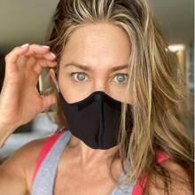 """Jennifer Aniston versteht, dass es vielleicht unangenehm ist, eine Maske zu tragen, viel schlimmer sei jedoch, dass durch die hohen Ansteckungszahlen gerade in den USA Geschäfte geschlossen werden, Jobs verloren gehen, und das Pflegepersonal an seine Grenzen kommt. Zu viele seienschon gestorben, weil zu wenig getan wurde. Und da Jen immer noch an das Gute im Menschen glaubt, nutzt sie ihre Instagram-Reichweite, um dazu aufzurufen, die """"verdammte Maske zu tragen"""" und wiederrum anderen davon zu überzeugen, es auch zu tun. Zum Wohle aller."""