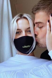 Richtig küssen kann man später, jetzt ist es für Lena Gercke und Dustin Schöne wichtiger, eine Maske zu tragen.
