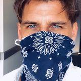 Auch Male Model Johannes Huebl lässt es sich nicht nehmen, mit seiner blauen Bandana-Maske Haltung zu zeigen.