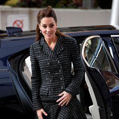 Im Januar dieses Jahres wählte sie einen schicken Zweiteiler aus Tweed. Den doppelreihigen Blazer und das ausgestellte Röckchen von Dolce&Gabbana kombinierte sie zu schwarzer Strumpfhose und halb-hochgesteckten Haaren.