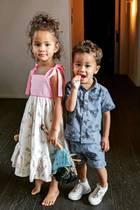 Die Kinder von Chrissy Teigen und John Legend sehen aus, als kämen sie direkt vom Laufsteg. Luna (li.)trägt ein süßes Sommerkleid mit Schleifendetails und Volants am Saum, Miles (re.) überzeugt in einerShorts-Hemd-Kombi mit Palmen. Woran man dann aber doch merkt, dass die beiden erst vier und zwei Jahre alt sind? Luna ist wohl gerade dabei, mit ihrerBarbie zu spielen und Miles wächst scheinbar ein neuer Milchzahn...