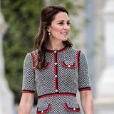 Im Juni 2017 zeigte sich Herzogin Kate in einem Tweedkleid von Gucci. Ein gerader Schnitt, klare Muster und aufgenähte Taschen machen den Look zu einem absoluten Hingucker, auch die rote Clutch wurde perfekt abgestimmt!