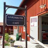 """Wer viel radelt, der hat sich eine Stärkung verdient. Das""""Gardsbutik Café"""" bietet Carl Philip, Sofia und den Kinderneine reiche Auswahl kulinarischer Köstlichkeiten. Von belegten Brötchen über Gulasch-Suppe und Würstchen bis hin zu Kaffee und Kuchen gibt es, was das Herz begehrt."""