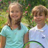 3. Juli 2020  Auf ihre zwei royalen Sportskanonen Josephine und Vincent ist Prinzessin Mary mächtig stolz, und schreibt unterdiesem selbstgeschossenen Porträt ihrer Zwillinge, dass die Liebe ihres MannesPrinz Frederik direkt an die beiden Kinder weitergegeben wurde.