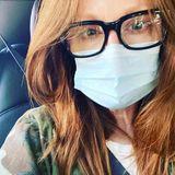 Als Brillenträger ist das Tragen einer Maske beim Ausatmen etwas unangenehm. Das hält Julianne Moore aber nicht davon ab, sich und andere trotzdem zu schützen.