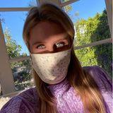 Nicky Hilton setzt ihren Mund-Nasen-Schutz mit schönem Abendlicht in Szene.