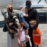 Außer dem Hund tragen in der Familie von Molly Sims alle eine Maske.