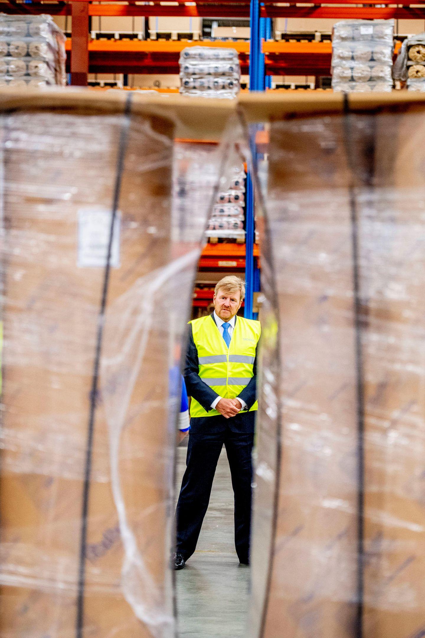"""1. Juli 2020  Bei seinem Besuch des Logistikdienstleisters """"Dachser"""" in Waddinxveen entsteht dieser ungewöhnliche Schnappschuss von König Willem-Alexander."""