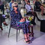 """1. Juli 2020  Beider Konferenz """"Live Again!"""" im Fokker-Terminal in Den Haag muss Prinzessin Laurentien zwar eine Maske aufsetzen – aber über die Augen und nicht zum Schutz, denn einzelne Segmente der Konferenz erleben die Teilnehmer auditiv."""