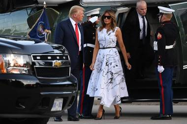 The show must go on: Auch die tiefe Krise und aktuelle Spaltung der USA infolge der Corona-Pandemie und der anhaltenden Proteste gegen Rassismus halten Donald Trump und Ehefrau Melania nicht davon ab, zum Unabhängigkeitstag am 4. Juli 'business as usual' zu machen. Bei den Vorbereitungen zu den Feierlichkeiten in South Dakota wählt Melania Trump ein Kleid mit Kritzel-Print von Alexander McQueen, dazu Pumps vonChristian Louboutin und natürlich eine ganz große dunkle Sonnenbrille - so wie wir sie eben kennen.