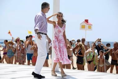 Beim Besuch in Benidorm geben sich König Felipe und Königin Letizia von Spanien volksnah - legen später aber den Mundschutz ganz vorbildlich an. Letizia trägt ein sommerliches Kleid von Adolfo Domingue und dazu ihre liebsten Wedges von Macarena.