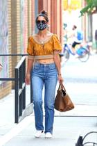 Wow - Katie Holmes überrascht uns immer wieder: Beim Bummel durch New York trägt die Schauspielerin einen lässigen Look aus Boho-Bluse und Jeans - der aber Blick auf ihren super schlanken und trainierten Bauch freigibt.
