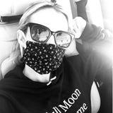 Ihre Maske trägt Schauspielerin Emma Roberts nicht, weil - wie ihr Pullover vermuten ließe -Vollmond ist, sondern weil sie Verantwortung zeigt.