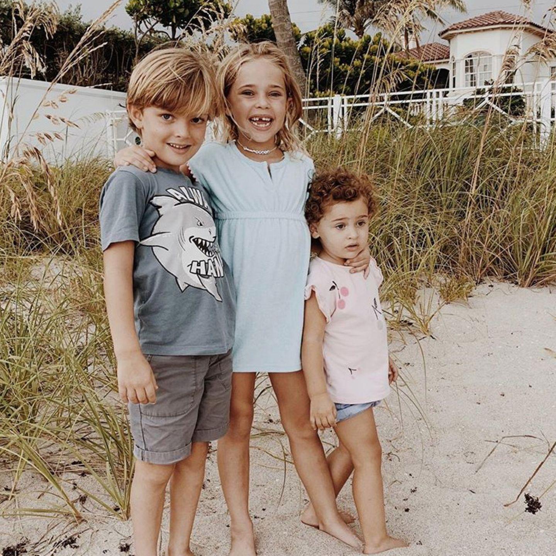 5. Juli 2020  Prinzessin Madeleine von Schweden lebt mit ihrer Familie im sonnigen Florida. Dort feiern die Amerikaner am 4. Juli denUnabhängigkeitstag. Auch wenn das größte Fest der USA in diesem Jahr aufgrund der Pandemie anders als gewohnt verläuft, wünscht Madeleine einen schönen Feiertag und teilt dazu dieses goldige, neueFotoihrer drei Kids am Strand vor ihrem Zuhause.