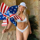 … jetzt, pünktlich zum amerikanischen Unabhängigkeitstag, zeigt sie sich im knappen Bikini - und schwenkt fleißig die Flagge in Form eines Windrädchens.
