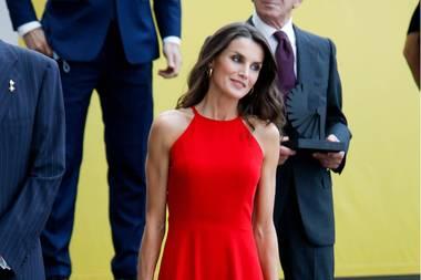 Bei den Innovation und Design Awards in Valencia war sie der Hingucker: Königin Letizia setzt ihre schmale Figur in einem roten Neckholderkleid in Szene, dazu kombiniert sie rote Pumps und eine rote Clutch mit Schlangenleder-Print.