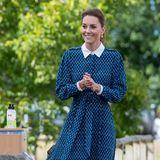 """Für den Besuch eines Krankenhauses in King's Lynn, Norfolk, trägt Herzogin Catherine das """"Shalini""""-Kleid von Beulah London. Das filigrane Blümchenmuster, der weiße Bubikragen und ein Taillengürtel machen das Dress zu einem absoluten Hingucker. Dazu kombiniert sie farblich passende Pumps."""