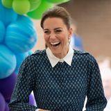 Neben dem strahlenden Lächeln im Gesicht funkelt es auch an ihren Ohren: Sie trägt die 18-Karat-Ohrringe von Patrick Mavros, angeblich ein Geschenk von Prinz William zum Hochzeitstag, Preis rund 2.708 Euro.