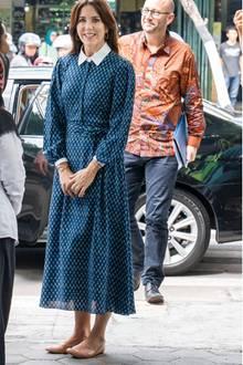 Prinzessin Mary von Dänemark trägt das Kleid schon im Dezember 2019 während einer Reise nach Indonesien. Auch sie sieht in dem femininen Design von Beulah toll aus. Sie kombiniert es jedoch zu flachen beigen Ballerina-Schuhen, was den Look komplett anders wirken lässt.
