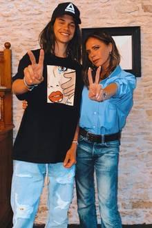 6. Juli 2020  Wie die Mutter, so der Sohn! Zumindest fast, Romeo Beckham braucht noch eine Perücke, um seiner Mama Victoria noch ähnlicher zu sehen. Geste und lässiger Jeans-Style stimmen aber überein.