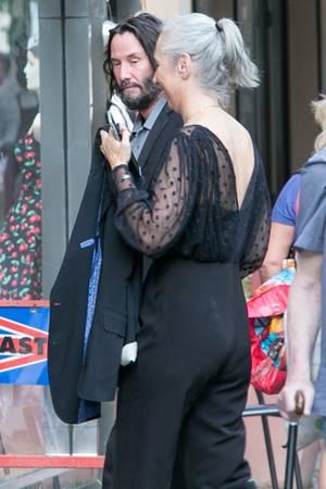 """4. Juli 2020  Aktuell steht Keanu Reeves für Dreharbeiten zum vierten Teil der """"Matrix""""-Reihe in Berlin vor der Kamera. In Kreuzberg kommt die Filmcrew am Abend zusammen, um gemeinsam den Independence Day zu feiern. Auch Keanu Reeves und seine Partnerin Alexandra Grant sind mit von der Partie."""