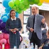 5. Juli 2020  Herzogin Catherine und Prinz William sind zurück! Nach einer Coronavirus bedingten Pause zeigt sich das royale Paar erstmals seit dem 19. März wieder gemeinsam in der Öffentlichkeit. Bis dato hatten Kate und William per Video-Call Kontakt zur Außenwelt gehalten. Seit Mitte Juni gehen sie wieder unter Menschen, doch heute erstmalsals Duo.