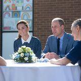 """Kate und William danken dem Personal für ihre Dienste, vor allem in der Coronakrise. Das Krankenhaus hebt sich aus zwei Gründen von anderen ab: Erstens trägt es den Namen eines Familienmitgliedes Williams. Das """"Queen Elizabeth Hospital"""" ist aber nicht etwa nach der aktuellen Queen, sondern ihrer Mutter benannt. Zweitensliegt das Krankenhaus in der Nähe von Sandringham, demLandsitzder Königsfamilie in Norfolk, und wurde von den beiden Elizabeth' auch schon privat wegen gesundheitlicher Probleme konsultiert."""