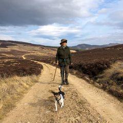 """6. Juli 2020  Anlässlich einesBBC-Live-Interviews, in dem Herzogin Camilla unter anderem über ihr soziales Engagement spricht, teilt der Palast einen privaten Schnappschuss beim Spaziergang mit Hündin Beth. Herzogin Camillahat ihre Hundevon """"Battersea"""", der ältesten Tierschutzorganisation in London adoptiert. Über ihre Liebe zu den Fellnasen sagt sie: """"Das Schöne an Hunden ist, dass man sie hinsetzen kann –man kann einlanges Gespräch führen, man kann verärgert sein, man kann traurig sein – und sie schauen dich nur an und wedeln mit dem Schwanz!"""""""