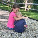 6. Juli 2020  So sieht Geschwisterliebe aus. Liebevoll nimmt Carmen ihren kleinen Bruder Romeo in den Arm, um ihn mit einem Küsschen aufzumuntern.