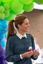 """Überraschung für die Kinder von Kate und William: Ärzte und Krankenschwester haben für jeden der Mini-Royals einen Strick-Engel angefertigt. Die """"KnittedAngels""""-Initiative begann schon im Winter und sollmedizinischem Personal Dank aussprechen sowie es im Alltag beschützen. In der Coronavirus-Krise haben die Schutzengel an Bedeutung gewonnen. """"Die Kinder werden sie lieben!"""" schwärmt Prinz William über das Geschenk für George, Charlotte und Louis."""