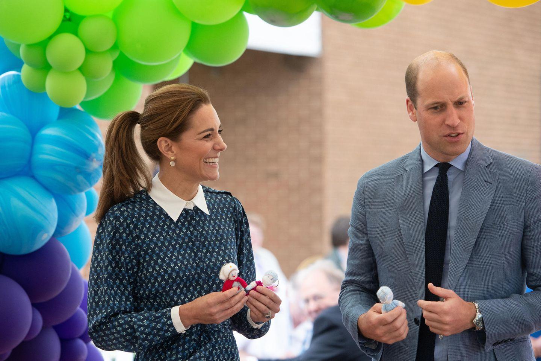 """Überraschung für die Kinder von Kate und William: Ärzte und Krankenschwester haben für jeden der Mini-Royals einen Strick-Engel angefertigt. Die """"KnittedAngels""""-Initiative begann schon im Winter und sollmedizinischem Personal Dank aussprechen sowie es im Alltag beschützen. In der Coronavirus-Krise haben die Schutzengel an Bedeutung gewonnen. """"Die Kinder werden sie lieben!"""" schwärmt Prinz William von dem Geschenk für George, Charlotte und Louis."""