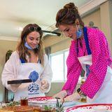 Königin Rania (rechts) besucht mit ihrer Tochter Iman ein Bed&Breakfast für nachhaltigen Tourismus. Ein Auftritt mit Seltenheitswert, denn die 23-Jährige studiert eigentlich in den USA und absolviert nicht oft öffentliche Auftritte an der Seite ihrer Mutter.