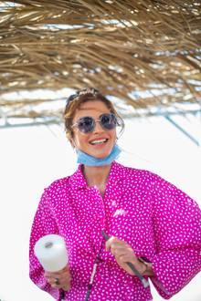 Königin Rania zeigt sich in einer sommerlichen pinken Bluse des trendigen Labels Off-White, dessen Preis sich auf rund 860 Euro beläuft. Dazu trägt sie eine hellblaue Sonnenbrille von Chanel. Untenrum ist der Look etwas legerer, sie trägt eine weiße Culotte und Adidas-Sneaker [beides hier nicht zu sehen].