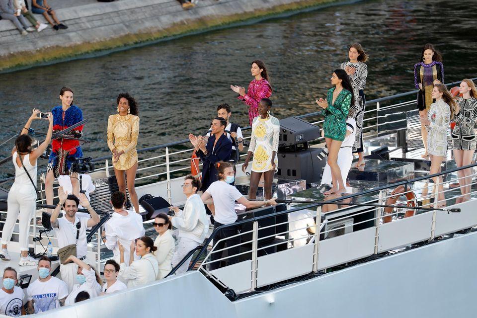 Olivier Rousteing, die Models und Mitarbeiter auf dem Schiff auf der Pariser Seine.